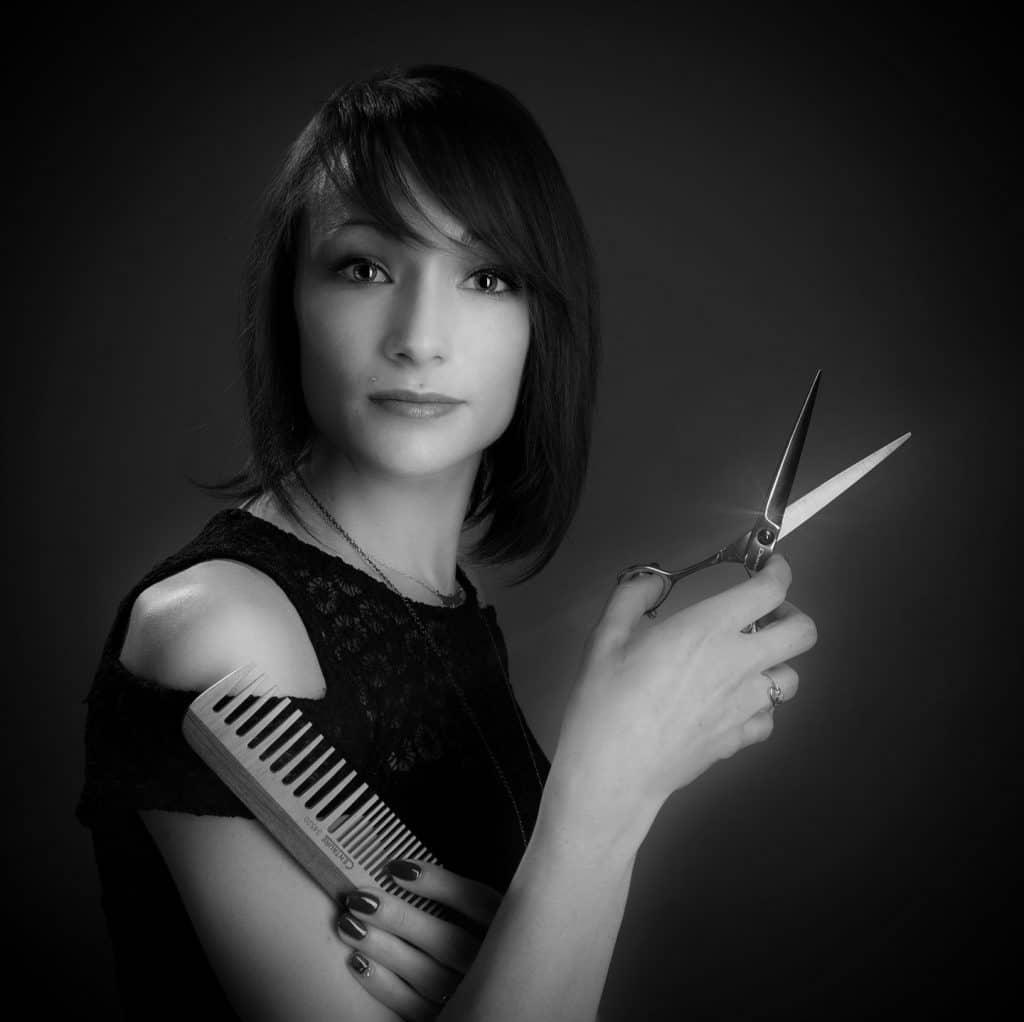 Photo noir et blanche de Séverine avec un ciseau à la main
