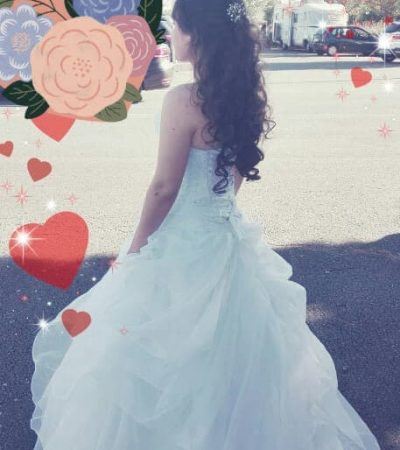 Une femme en robe de mariée