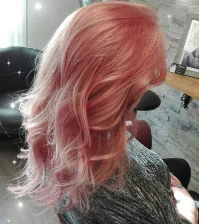 des cheveux de couleur rose